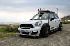 Mini Countryman Duell AG with surf boards on the roof rack. Mini Cooper One, Mini Coopers, Mini Crossover, Cooper Countryman, John Cooper Works, Audi Cars, Mini S, Sport Cars, Audi Sport