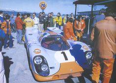 24 HORAS DE DAYTONA, 1970 - El equipo de John Wyer patrocinado por Gulf, que fue contratado por la fábrica para hacer competir sus 917 en 1970 y 1971, trabajó con los ingenieros de Porsche durante el invierno de 1969 para paliar la inestabilidad aerodinámica. En la prueba, ambos finalizarían en segunda posición por detrás de sus compañeros de equipo Pedro Rodriguez y Leo Kinnunen. (© Bill Oursler / Porsche Prototype Era: 1964-1973 in Photographs).