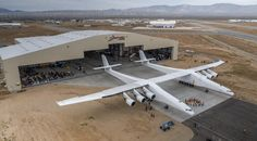 Stratolaunch, el avión más grande jamás construido Stratolaunch, el avión más grande que se ha llegado a construir jamás. La aeronave fue presentada en un hangar del desierto del desierto de Mojave, en California.  http://wp.me/p6HjOv-41s ConstruyenPais.com