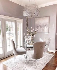 Gray and silver decor - Wohnung - Apartment Decor Dining Room Table Decor, Dining Room Design, Living Room Decor, Kitchen Decor, Dining Sets, Round Dining, Dining Tables, Dining Rooms, Dinning Room Chandelier