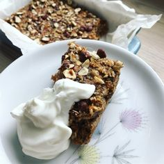 Bagt grød med gulerødder, kanel og sødet med dadler. Forbered til morgenmad eller snack. Nem at have med på farten i en bøtte. Baking Recipes, Cake Recipes, Frozen Treats, Food Inspiration, Delicious Desserts, Healthy Snacks, Breakfast Recipes, Food And Drink, Sweets