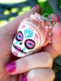 Wow this is cool and funny - Barbie head Sugar Skull Day of the Dead keychain. Use a Barbie head, paint with a very fine paint brush, glue on some jewels, add a keychain - and you've got your very Day of the Dead sugar skull! Soirée Halloween, Halloween Jewelry, Vintage Halloween, Halloween Makeup, Halloween Costumes, Arts And Crafts, Diy Crafts, Creepy Dolls, Doll Parts