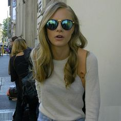 Ray Ban OFF!>> Green mirrored sunglasses on Cara Delevingne Poppy Delevingne, Cara Delevingne Style, Vogue, Street Style, Pretty People, Girl Crushes, Mirrored Sunglasses, Round Sunglasses, Sunglasses Outlet