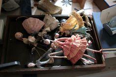 Le blog d'Anne Montel - Claire Guiral alias Miss Clara makes these paper dolls. See her marvelous studio here http://www.e-magdeco.com/2011/11/l-univers-enchanteur-de-miss-clara.html
