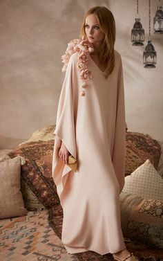 Championed for their sophistication and ease, the caftan is enjoying a moment in the spotlight. Right on cue, Moda brings you 25 exclusive gowns from our best-selling eveningwear brands, from Esme Vie to Marchesa to Sandra Mansour. Arab Fashion, Muslim Fashion, Modest Fashion, African Fashion, Fashion Dresses, Punk Fashion, Lolita Fashion, Abaya Style, Hijab Style