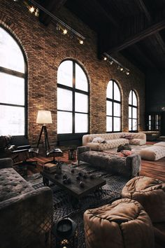 n industrial loft design was meant for an artist and it combines the best of both worlds. A living area and a workshop. This industrial interior loft is a wonde Loft Estilo Industrial, Modern Industrial Decor, Industrial Interior Design, Vintage Industrial Furniture, Industrial Living, Industrial Interiors, Industrial Style, Kitchen Industrial, Modern Decor