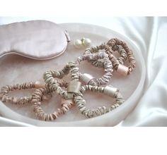 Hodvábne gumičky 6 kusov vo farbách: ružová, svetloružová, oceánska modrá, tmavo čierna, luxusné zlato, béžová, dostupné v jednej veľkosti: veľkosť S - šírka 1 cm pokryté 100% morušovým hodvábom luxusné hodvábne vlákno 22 momme farba: jemná látka pre vaše vlasy, netoxické farbenie, jedinečný darček Beauty Tips, Beauty Hacks, Beauty Tricks, Beauty Secrets