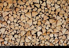 Firewood stack close-up (wood log pile). © Frank Tschakert / Alamy