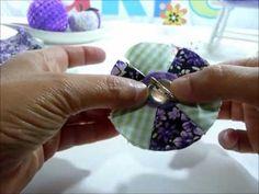 Passo a Passo de flor feita de um fuxico cuja as pétalas ficam com várias…