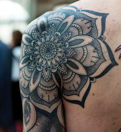 Mandala Tattoo | pontilhismo no ombro