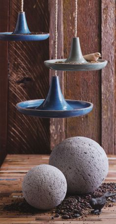 Provide your birds with a nice place to refresh in your garden with this modern hanging bird bath. Can be filled with water.