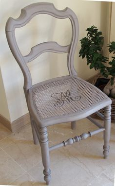 Chaise et monogramme-Satinelle BRUGES Grey Painted Furniture, Repainting Furniture, Refurbished Furniture, Paint Furniture, Furniture Projects, Furniture Makeover, Vintage Furniture, Chalk Paint Chairs, Painted Chairs