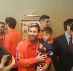 949ccbbac3 Menino afegão conhece Messi após fazer camisa de plástico do ídolo