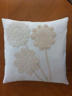 Linen pillow cover with vintage doilies by SewingMyStitchInTime Funda de almohada de lino con tapetes vintage de SewingMyStitchInTime Crochet Cushions, Sewing Pillows, Crochet Pillow, Diy Pillows, Linen Pillows, Boho Pillows, Shabby Chic Pillows, Pillow Fabric, Doilies Crafts