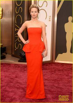 Jennifer Lawrence de Dior vermelho no tapete vermelho do Oscar 2014. Se ela ganhar, será a primeira mulher de vermelho a receber uma estatueta em toda a história do Oscar.