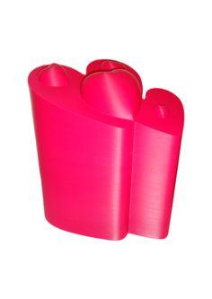 """FGS - L'urne """"Dear"""" est une urne contemporaine. Deux cœurs s'enchevêtrent et sont surplombés par de délicats motifs de cœurs en relief. L'urne peut être disposée en extérieur comme en intérieur. Autres couleurs sur demande."""