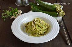La pasta con pesto di zucchine e vongole è un primo piatto fresco, saporito e molto profumato. Zucchine frullate a crudo e vongole.