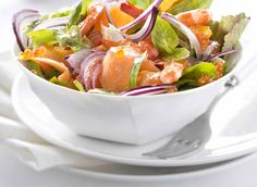 Smoked salmon salad with oranges and shrimp. Salad Recipes Video, Salad Recipes For Dinner, Smoked Salmon Salad, Orange Salad, Food For A Crowd, Eat Smarter, Shrimp Recipes, Caprese Salad, Food Videos