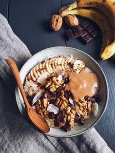 Chunky Monkey Porridge (serves : Porridge : – cup rolled oats – cup unsweetened almond milk – cup water – banana – 1 medjool date, pitted … One Pot Meals, Easy Meals, Easy Recipes For College Students, College Recipes, Porridge Recipes, Healthy Breakfast Recipes, Brunch Recipes, Healthy Food, Breakfast Ideas