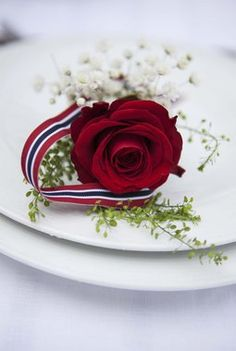Table decor tips - flowers on a plate / Photo: Mester Grønn