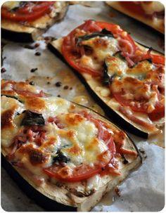 """""""pizza"""" au Préchauffez le four à 200°C. Découpez des tranches d'aubergine dans la longueur, pas trop fines.Faites précuire avec un trait d'huile d'olive et un peu de fleur de sel pendant 5 minutes. Déposez sur chaque tranche une cuillérée de coulis de tomate, de fines tranches de tomate, des lanières de jambon, de l'origan et de la mozzarella mixée ou en lamelles. Enfournez à nouveau pour 10 minutes et servez avec le basilic ciselé."""