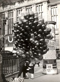 A young Berlin girl about to get carried away by a lot of balloons! Photo by Friedrich Seidenstücker Black White Photos, Black And White Photography, Photos Du, Old Photos, Berlin Photos, Vintage Photographs, Vintage Photos, Street Photography, Art Photography