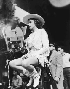 1943 Judy Garland on set for Girl Crazy--decaying hollywood mansion's Golden Age Of Hollywood, Vintage Hollywood, Hollywood Glamour, Hollywood Stars, Classic Hollywood, Vintage Vogue, Divas, Harvey Girls, Liza Minnelli