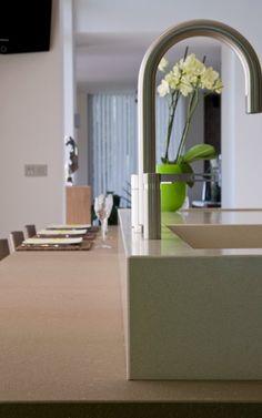 Keuken in #Tilly panelen eik, aanrecht en tafel in #Composiet. Kraan #Eisinger #Franke