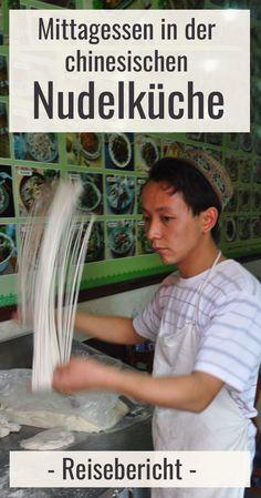 Chinesische Nudeln werden auf besondere Weise zubereitet. In der chinesischen Nudelküche kannst Du bei der Herstellung zusehen und um wenige Yuan zu Mittag essen. Ein kulinarisches Reiseabenteuer. Mehr Bilder, Reisebericht und Erfahrungen im Beitrag. Klicken und weiterlesen! #abenteuer China, Post, China Food, Travel Report, Noodles, Eat Lunch, Pictures, Porcelain, Porcelain Ceramics