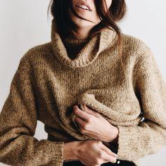 Keep yourself warm with a turtleneck sweater Thalia, Winter Wear, Autumn Winter Fashion, Winter Style, Fall Fashion, Net Fashion, Slytherin, Jeans Boyfriend, Trends