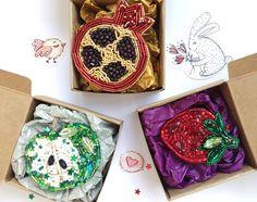 Брошь гранат, брошь яблоко, брошь клубника из бисера Embroidered bead brooch  apple strawberry. Bead jewelry