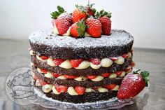 Naked cake de chocolate com ganashe de chocolate branco e morangos frescos. Uma delícia!!!