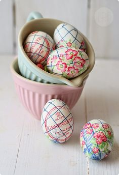 DIY: Decoupage paper napkins onto hard boiled eggs using egg whites, rather than Mod Podge. The result is beautiful and edible. Diy Osterschmuck, Easter 2015, Easter Egg Designs, Easter Ideas, Diy Ostern, Creation Deco, Easter Parade, Festa Party, Diy Easter Decorations