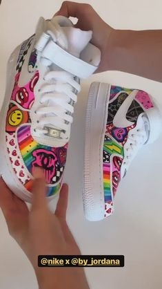 Custom Sneaker Customization Video By by_jordana Custom Painted Shoes, Hand Painted Shoes, Custom Shoes, Vans Custom, Do It Yourself Mode, Sneakers Fashion, Fashion Shoes, Shoes Sneakers, Jordan Shoes Girls