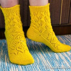 Free Crochet Patterns: No doubt is a excellent pattern of knitting Knitted Gloves, Knitting Socks, Knitting Stitches, Baby Knitting, Knitting Patterns, Crochet Patterns, Free Knitting, Crochet Slippers, Knit Crochet