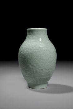 Petit vase à panse balustre en porcelaine émaillée céladon, marque à six caractères en zhuanshu et époque Qianlong. Photo Piasa