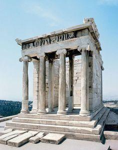 Il tempio di Athena Nike (vittoria) era stato eretto accanto ai Propilei, è un tempio ionico con due file di quattro colonne (perciò un anfiprostilo) e un'unica cella. Le decorazioni sulle pareti rappresentano lotte tra greci e orientali alla presenza degli dei.
