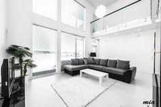 Korkea olohuone, ikkunat, lasikaide, lattian sävy, Wooden House, House Plans, New Homes, Couch, Living Room, Black And White, Inspiration, Furniture, Home Decor
