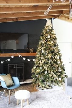 VIDEO TUTORIAL: How to decorate an elegant Christmas tree. Tips and tricks at Remodelaholic.com @remodelaholic Elegant Christmas Trees, Christmas House Lights, Christmas Tree Themes, Holiday Decor, Holiday Ideas, Holiday Crafts, Handmade Christmas Gifts, Christmas Diy, Christmas Wreaths