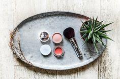 Unsere Beauty-Woche ist fast perfekt! Der Teint ist makellos – das Augen Make-Up herrlich. Was noch fehlt ist ein klitzekleines Highlight. Und wie das so mit Hinguckern ist – sie mögen zwar n… Make Up Time, How To Make, Plates, Beauty, Tableware, Blog, Flaws, Organic Beauty, Make Up Eyes