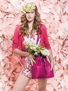 O clima primaveril invade as araras. Em formato mini, máximo, artsy e aquarelado, as flores estampam tecidos leves e fluidos, em vestidos e saias com modelagem romântica, bem ao estilo lady like