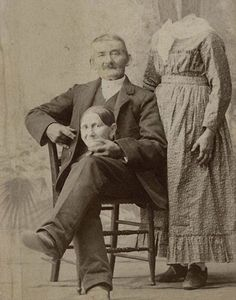 Photoshop may be a thing of more modern times, but clever use of photomanipulation certainly is not. Case in point? Headless portraits made using Victorian Era photoshop techniques. Bizarre Pictures, Creepy Photos, Old Pictures, Old Photos, Funny Photos, Photo Halloween, Halloween Fotos, Halloween Pictures, Vintage Halloween Photos