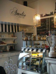 Amelie Petit Cafe | Rosario, Argentina  espaldar largo cómodo , con tela a rallas mesitas peq de 2 puestos