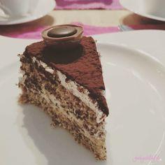Eigentlich ist ja immer Törtchenzeit, aber wenn man selbst Geburtstag hat und Freunde zu Kaffee und Kuchen einlädt, dann ist n...