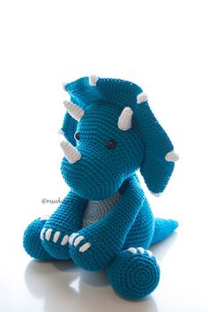 Nicho com amigurumi Dinossauro | crochê | Triceratops no Elo7 | Mindulim (E2918C) Crochet Dinosaur Pattern Free, Crochet Dragon Pattern, Crochet Crafts, Crochet Toys, Crochet Projects, Amigurumi Patterns, Dinosaur Toys, Knitting For Kids, Dragons