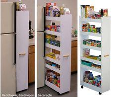 Olha que boa ideia, para aproveitar cada cantinho na cozinha... para facilitar o uso, rodinhas e um puxador.