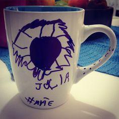- Filha, faz um desenho do dia das mães na caneca. Minutos depois... - Filha o que é isso? - É um ventilador escrito Júlia. - Mas sua mãe não chama Júlia. - Mas eu gosto do nome.  Crianças, imprevisíveis, inventivos e verdadeiros.  #café #coffe #amor #mãe #mamãe #caneca #arte #caneta #dolcegusto #diadasmães