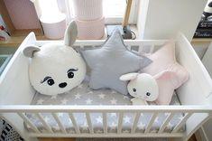 Kołyska - mini-łóżeczko to niezwykle stylowe miejsce snu dziecka w pokoju rodziców przez pierwsze miesiące jego życia. Niewielkie rozmiary pozwalają zmieścić kołyskę nawet w niedużej sypialni lub dostawić do łóżka rodziców, dzięki czemu dziecko łatwiej zasypia. Dzięki swej stabilnej konstrukcji jest bardzo bezpieczna. Cribs, Classic, Baby, Cots, Derby, Bassinet, Baby Crib, Classic Books, Baby Humor