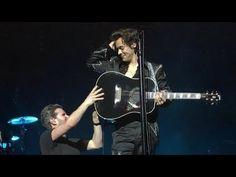 Harry's reaction when his guitar strap broke