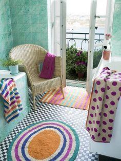 Herbst / Winter 2012 - Ingwerfarbener, runder Teppich aus der Herbstkollektion von Gudrun Sjödén: Der ovale Badezimmerteppich ist aus weicher Baumwolle und hat farbenfrohe Streifen. Die Unterseite ist mit Latex beschichtet, damit er nicht verrutschen kann.